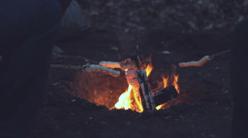Broodje bakken boven kampvuur
